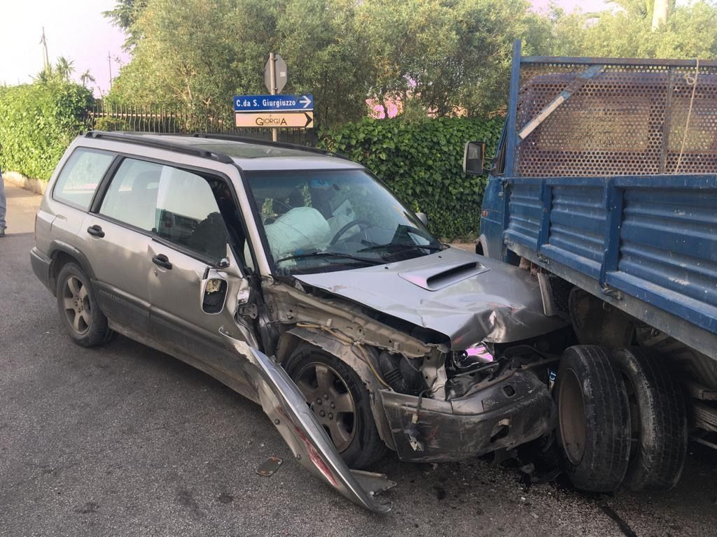 Modica: Scontro auto-camion; due feriti